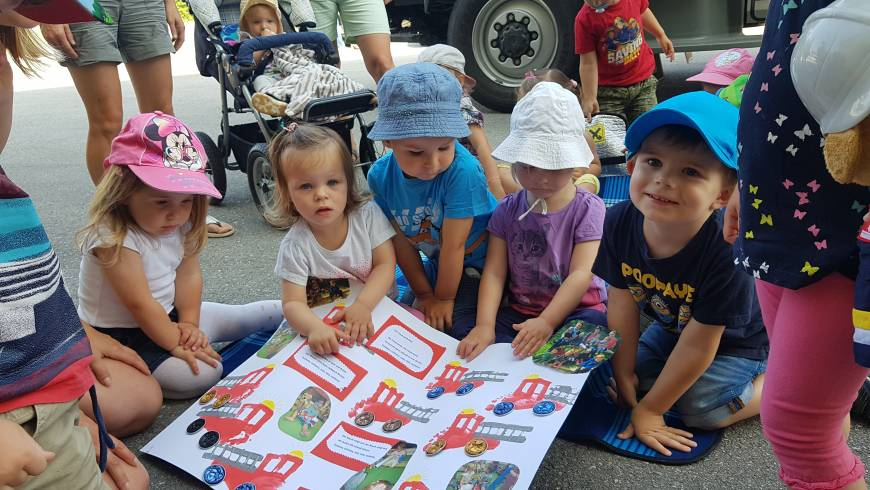 Krabbelgruppe, Kindergarten und Volksschule besuchen Feuerwehr